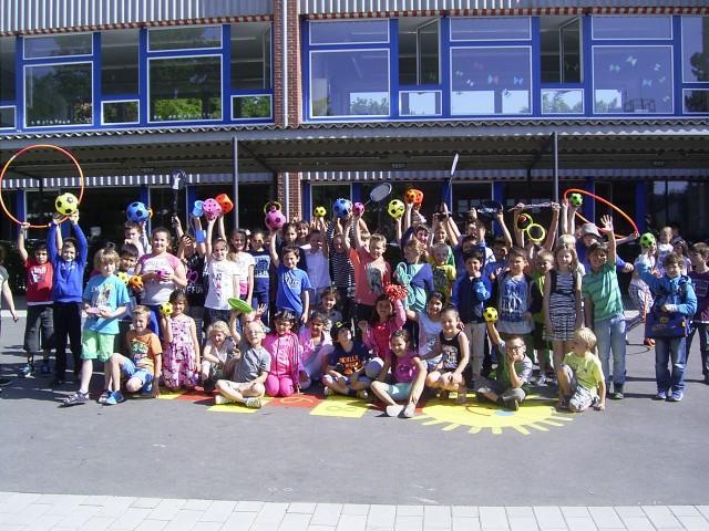 Förderverein übergibt Grundschulkindern neue Pausenspielzeuge